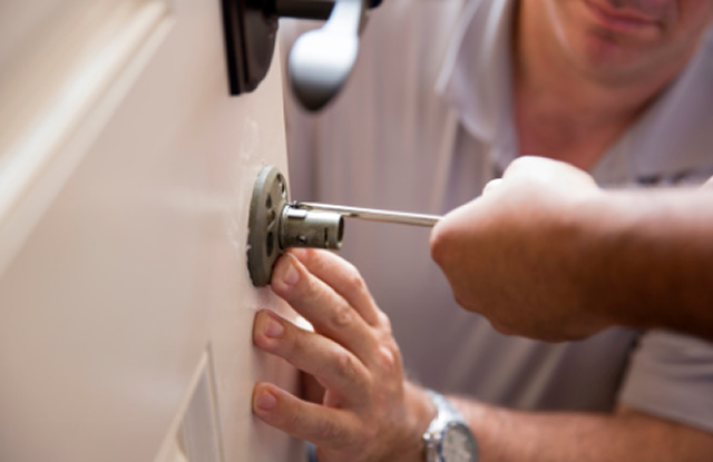 locksmith-installing-lock